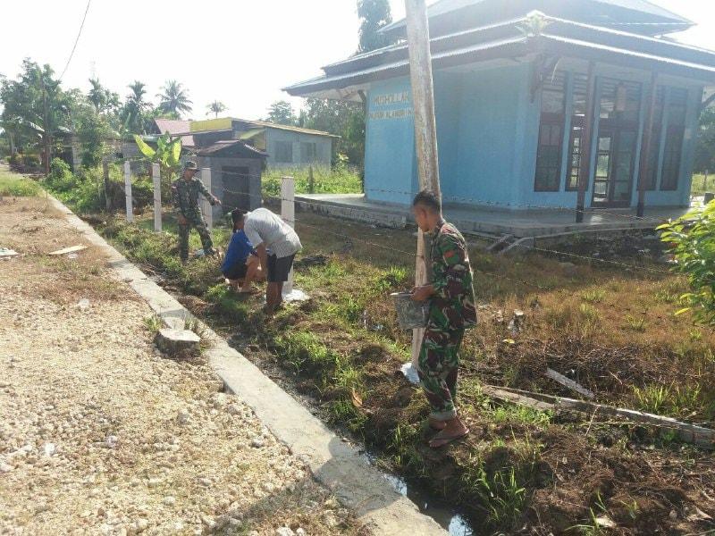 Satgas Yonif 121/MK Buat Pagar SMPN 5 Arso, Papua