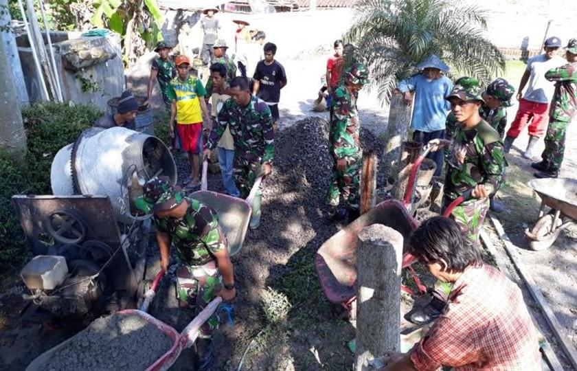 Koramil Secang Bantu Betonisasi Jalan Desa Giring Kulon
