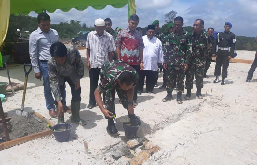 Pangdam VI Letakan Batu Pertama Pembangunan Masjid Yon Zipur 17/AD