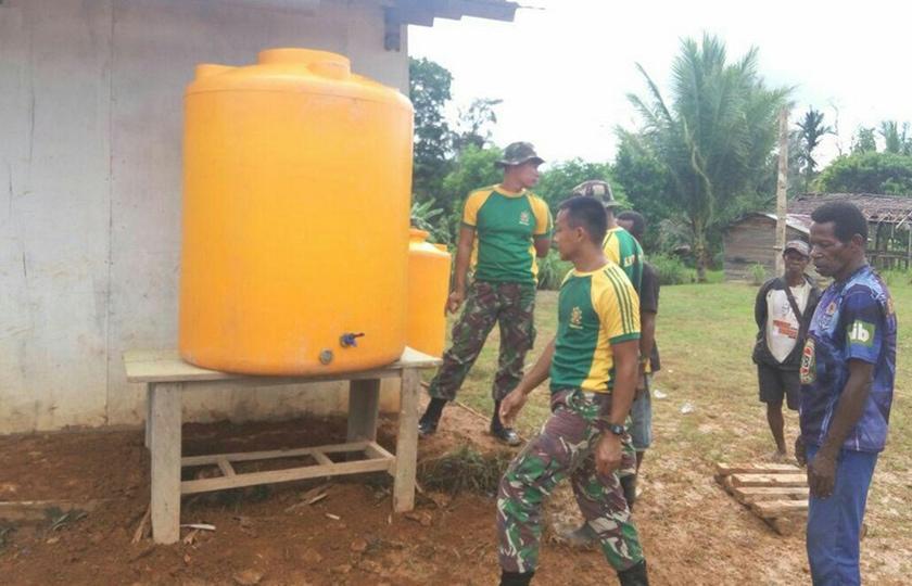 Penampungan Air Dari Satgas Yonif 323/K Untuk Kesehatan di Sekolah Bovendigoel
