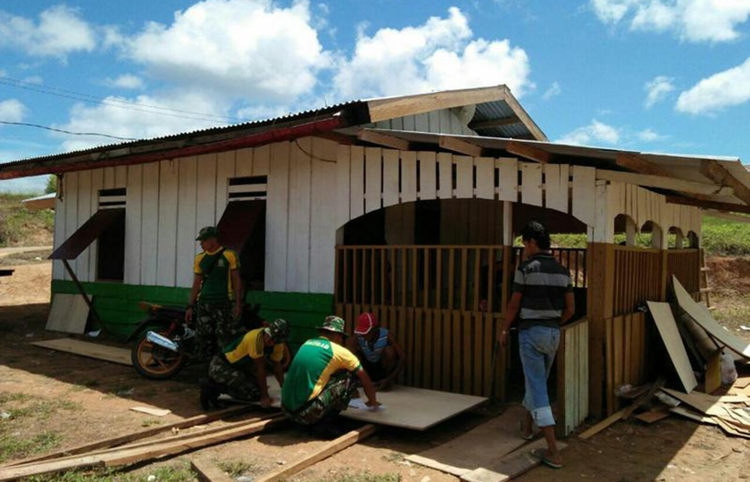Satgas Yonif Raider 323/Kostrad Rehab Rumah Ibadah di Perbatasan