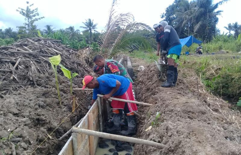 Gotong-Royong Babinsa dan Masyarakat Membangun Irigasi Atasi Krisis Air di Desa Taliwang