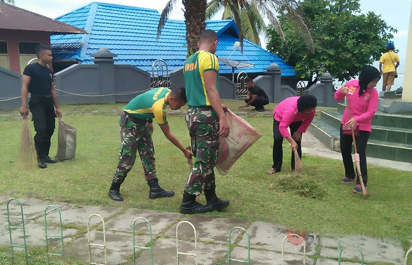 Kompak, TNI/Polri dan Warga Perbaiki Masjid di Sirisori