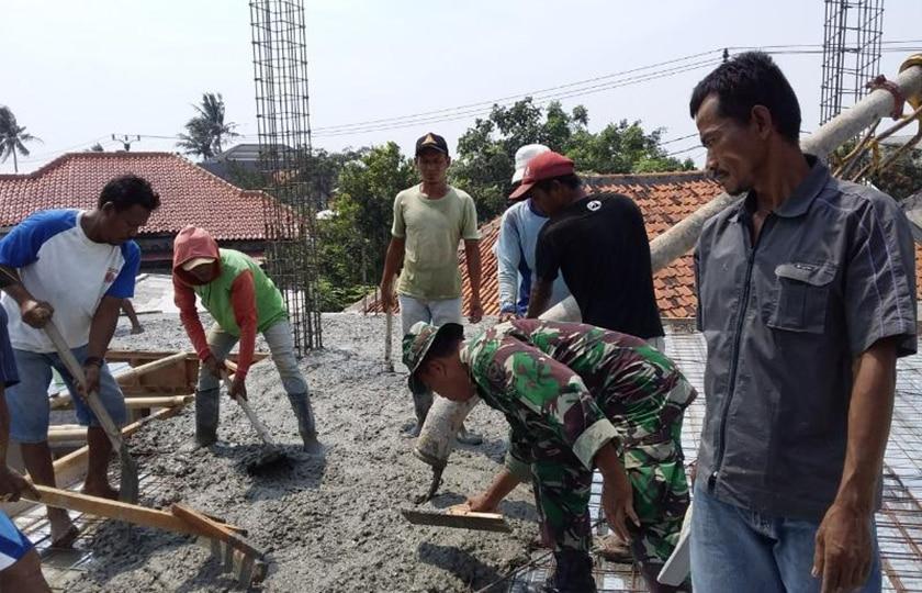 Gotong-Royong Babinsa dan Warga Perbaiki Sarana Ibadah di Teluknaga