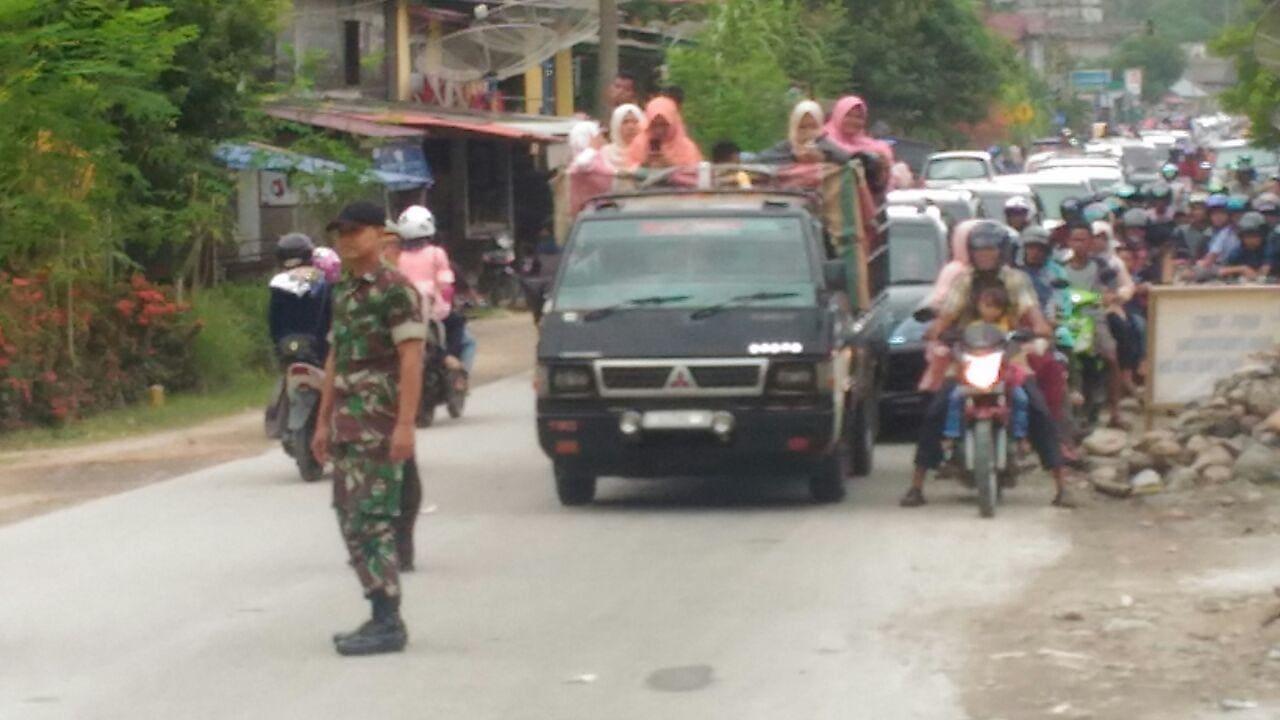 Babinsa Bantu Polantas Atasi Kemacetan Jalan di Tapaktuan, Aceh