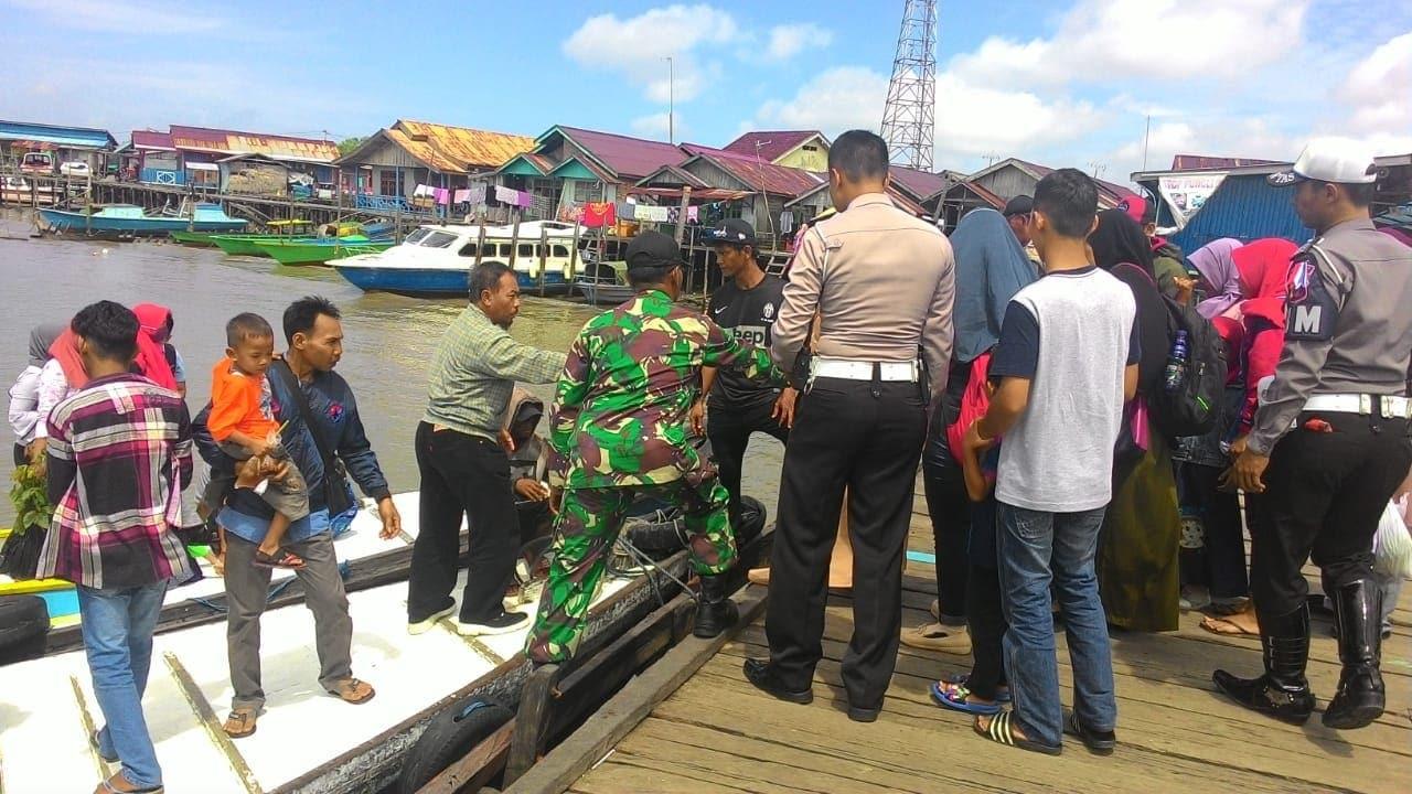 Prajurit Kodim Bantu Atur Pemudik Lebaran Di Pelabuhan Klotok, Kaltim