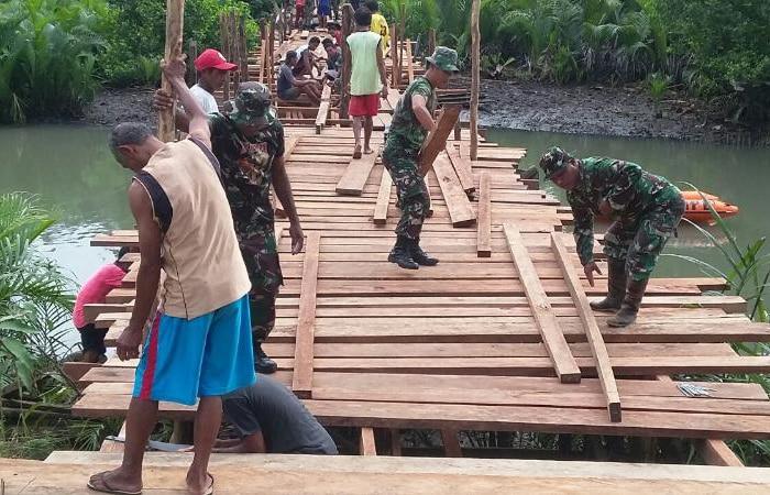 TNI, BPBD dan Warga Buat Jembatan di Halamahera Utara