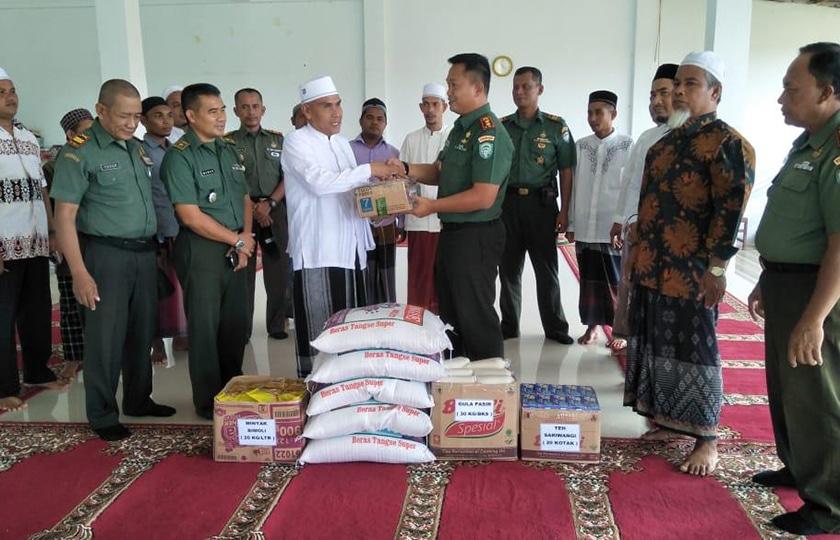 Kodim Aceh Jaya Bagikan Bingkisan Lebaran Ke Pesantren Darul Abrar