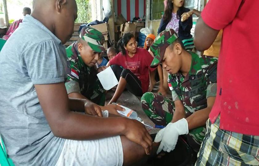 Satgas 501 Kostrad Obati Anak-anak Panti Asuhan di Keerom, Papua