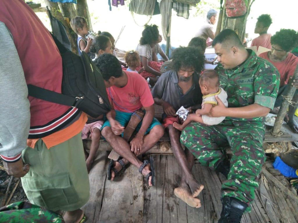 TNI Kirim Bantuan Logistik untuk Suku Mausu Ane di Maluku Tengah