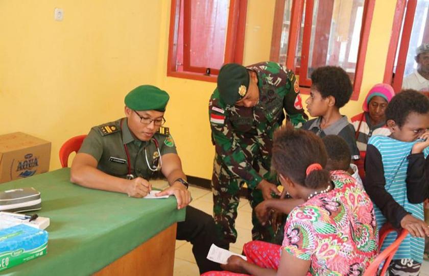 Satgas Yonif Raider 323 Kostrad Dukung Bantuan Kesehatan Dari Dirkes Ditjen Kuathan Kemhan RI di Perbatasan