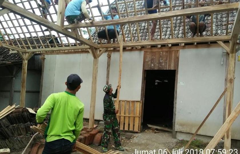 Babinsa di Madiun Bantu Perbaiki Rumah Warga