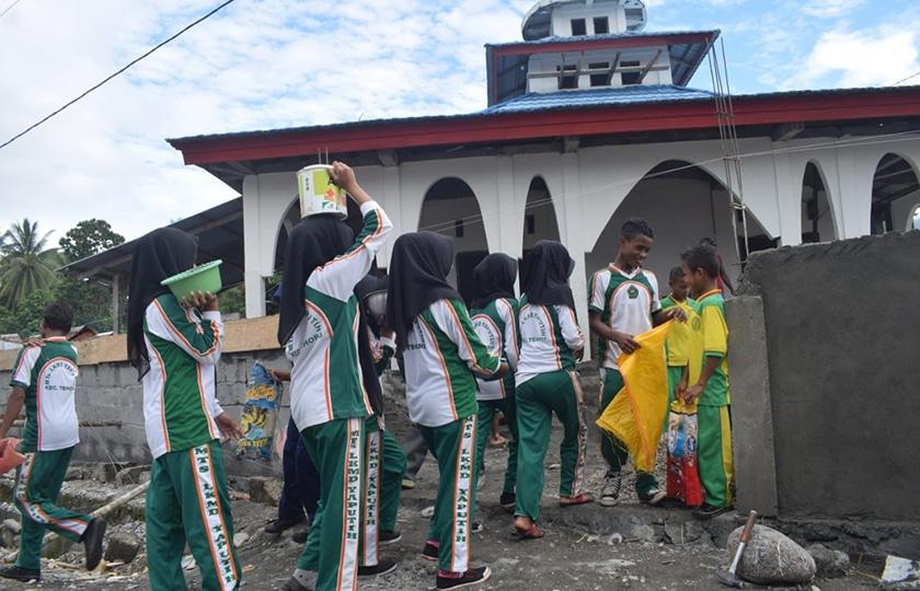 Siswa-Siswi Madrasah Tsanawiyah Bantu Satgas TMMD Masohi Renovasi Masjid