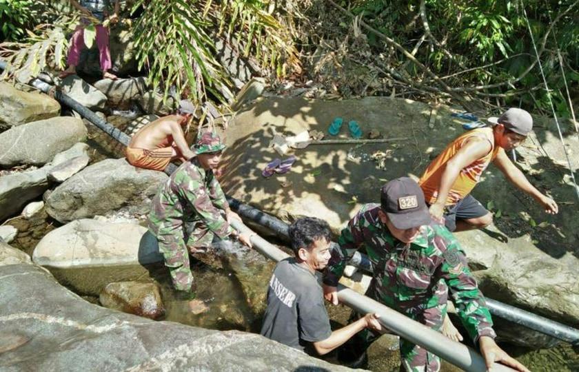 TNI Salurkan Air Bersih ke Rumah-Rumah Warga di Perbatasan RI-Malaysia