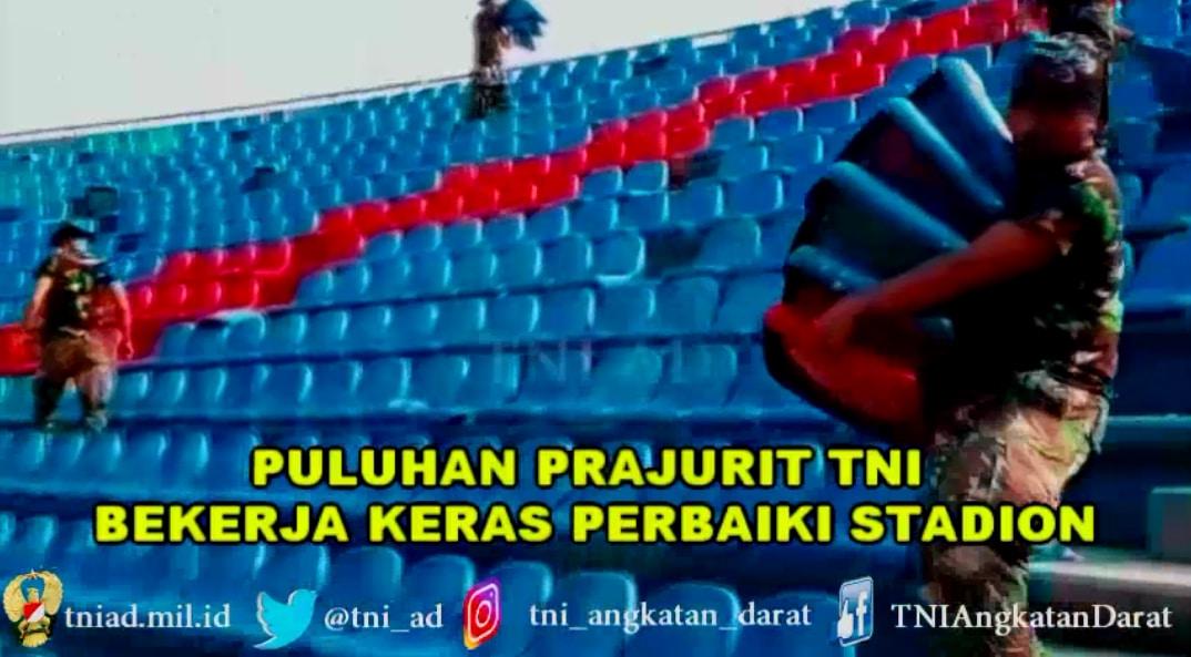 PULUHAN PRAJURIT TNI DARI ZIKON 12 PERBAIKI RATUSAN KURSI RUSAK DAN BERSIHKAN AREA STADION JAKABARING PALEMBANG