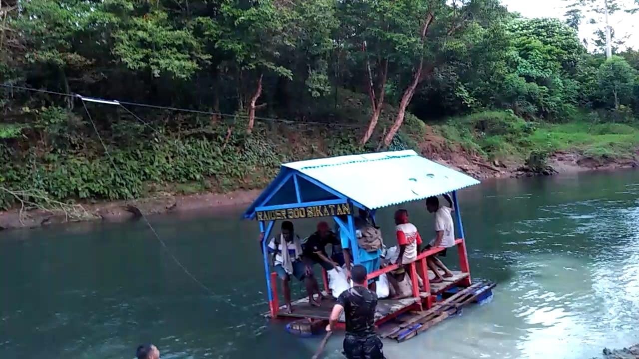 Satgas Raider 500/Sikatan Sediakan Perahu Penyeberangan