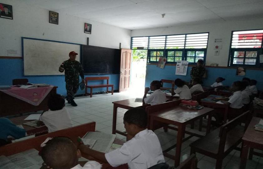 """Pak Guru Pos"" Para Raider 501 Kostrad untuk Siswa SD Papua"