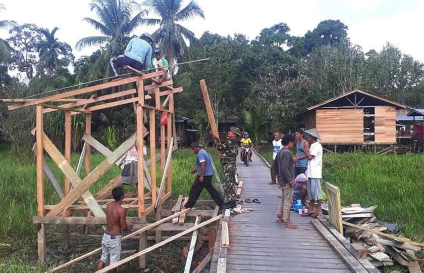 Babinsa Tanjung Selor dan Warga Buat Pos Kamling