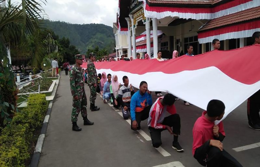 TNI-Polri-Masyarakat Kibarkan Bendera Merah Putih Raksasa di Aceh