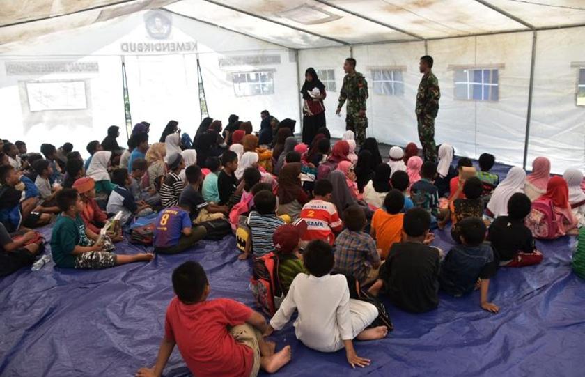 Prajurit TNI Bantu Mengajar Murid SD di Sekolah Darurat Balaroa, Palu Barat