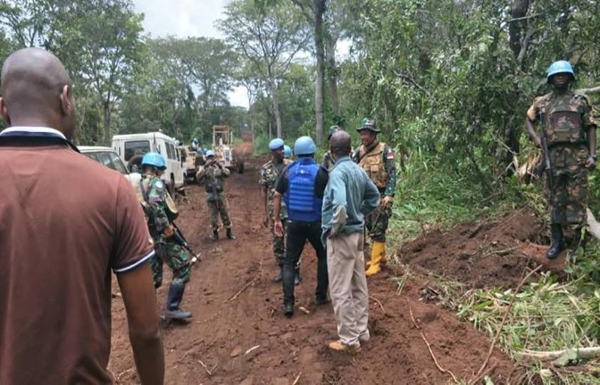 Satgas Kizi TNI Konga XXXVII-E/MINUSCA CAR Lebarkan Jalan di Pedalaman Hutan Afrika