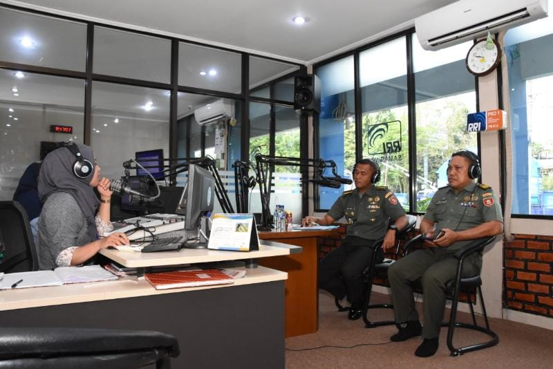 Kasiren Korem 091/ASN Dialog Interaktif dengan RRI Samarinda dalam Rangka HUT ke-73 TNI
