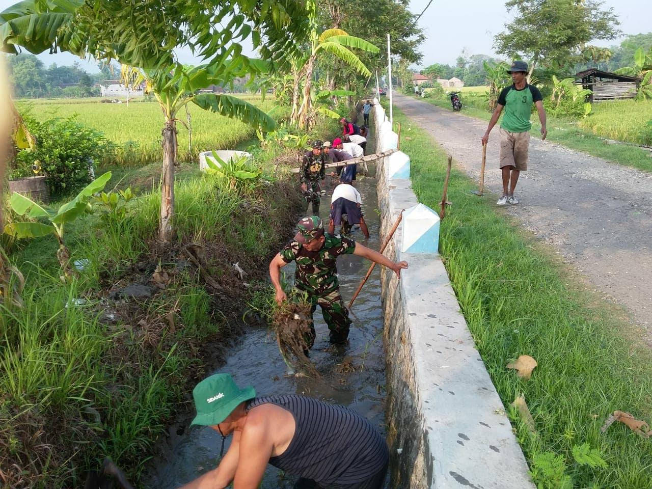 Cegah Banjir, Koramil 0802/05 Kauman Normalisasi Drainase dan Saluran Irigasi