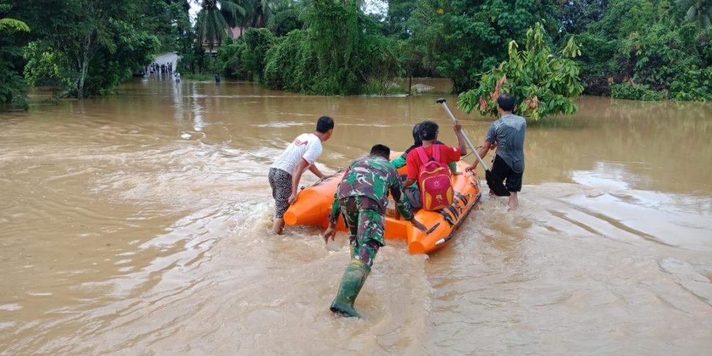 Korem 032/Wbr Bantu Tangani Korban Banjir