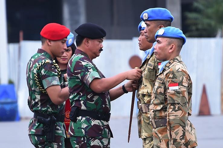 Panglima TNI Sematkan Satyalencana Santi Dharma Personel Satgas MTF TNI Konga XXVIII-J UNIFIL
