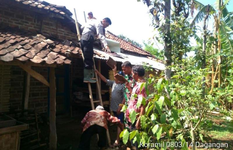 Babinsa Gandeng Personel Polsek Perbaiki Rumah Warga