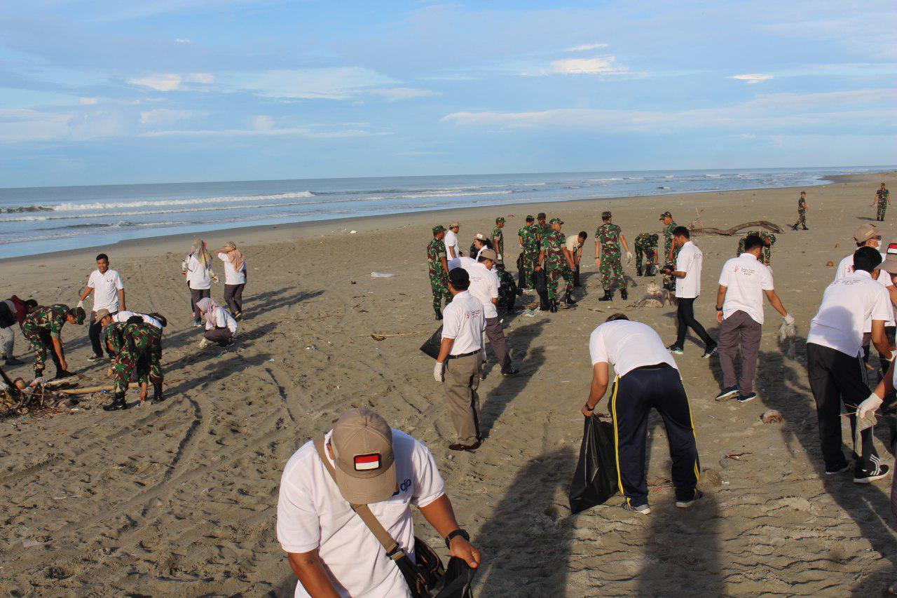 Korem 041/Gamas Ajak Masyarakat Peduli Kebersihan Pantai Panjang Bengkulu
