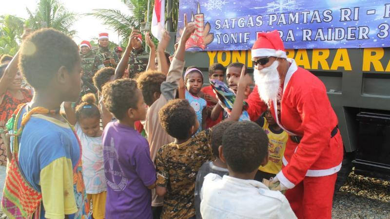 Santa Claus Yonif PR 328/Bagikan Hadiah Kepada Anak-Anak Perbatasan
