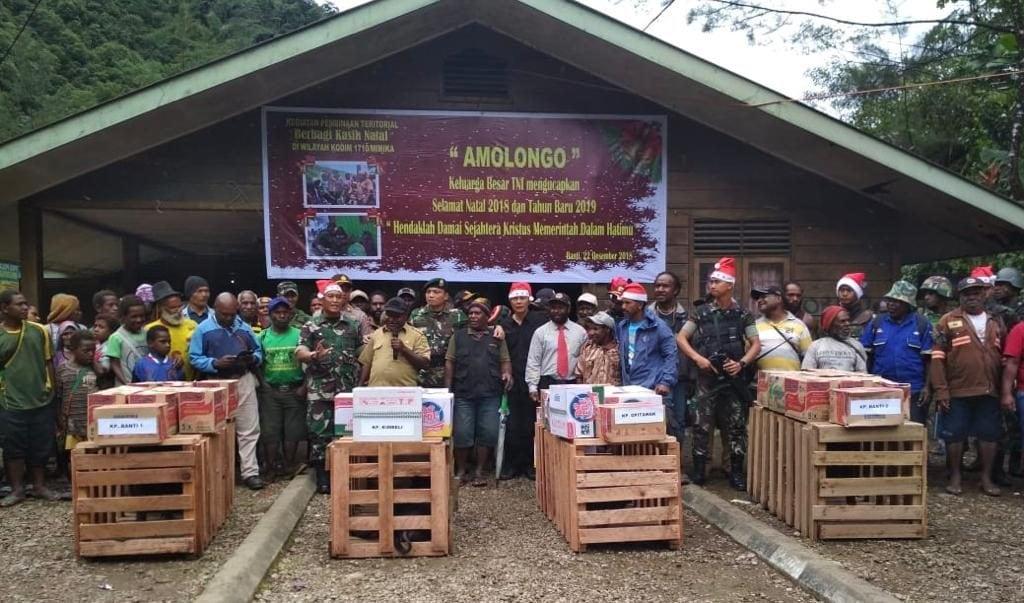 """Sambut Natal, TNI """"Berbagi Kasih"""" di Desa Banti Tembagapura"""