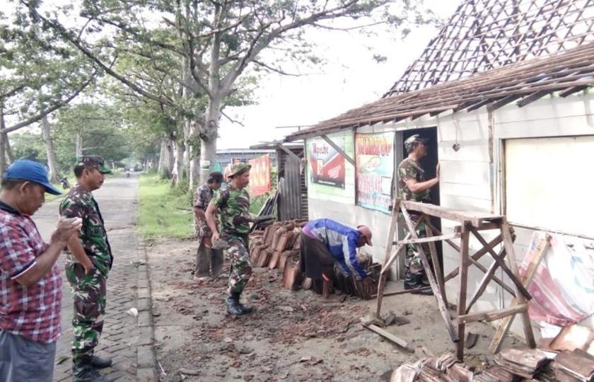 Koramil 0812/13 Sugio Bedah Rumah Milik Mariam