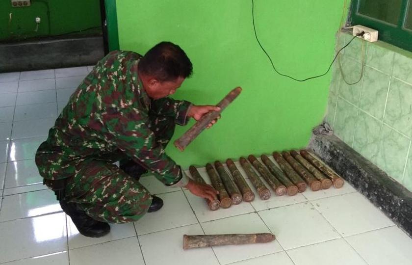 Babinsa Koramil Tobelo Amankan 13 Amunisi Meriam Udara Kaliber 40 mm