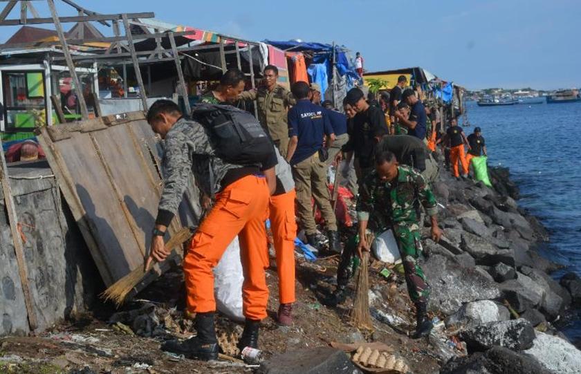 Sambut Hari Juang Kartika, Korem 152/Babullah Bersihkan Pantai Ternate