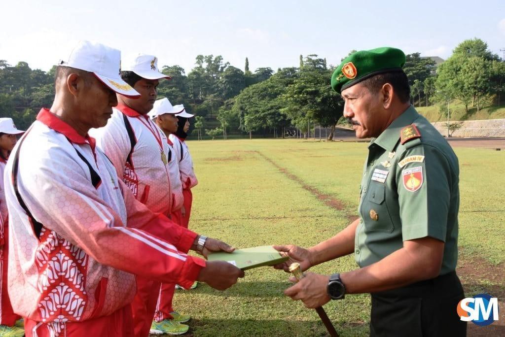 Pangdam IV/Diponegoro Beri Piagam Penghargaan Kepada Enam Atlet Berprestasi