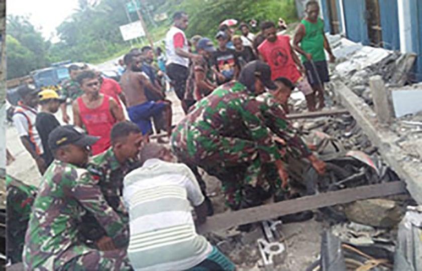 Satgas Yonif 126/KC Bantu Evakuasi Rumah Warga yang Runtuh