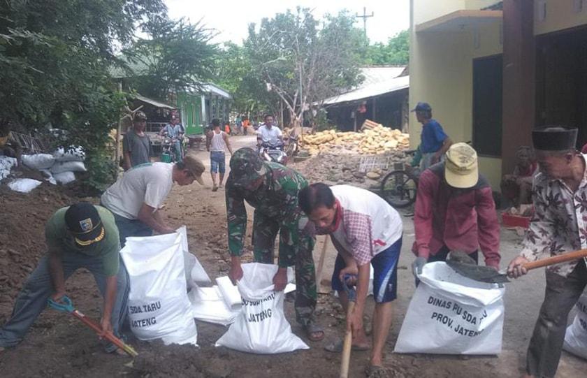 Gotong Royong Babinsa dan Masyarakat Atasi Banjir di Banyumeneng