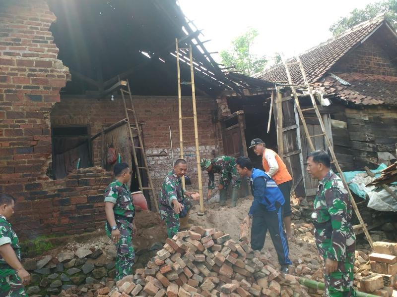 Koramil Ngetos Bersihkan Puing Rumah Roboh Milik Nenek Kasemi