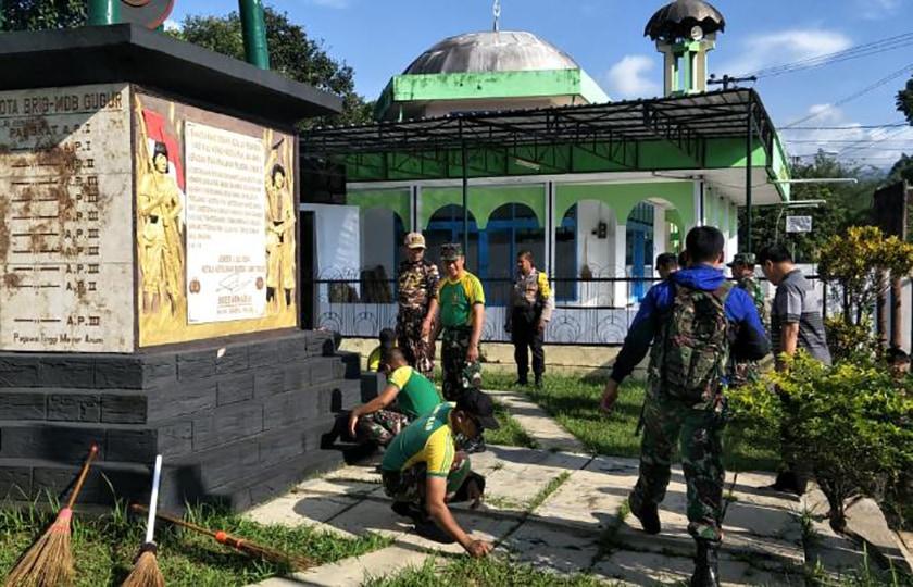 TNI dan FKPPI Jember Karya Bakti Bersihkan Monumen Palagan Jumerto