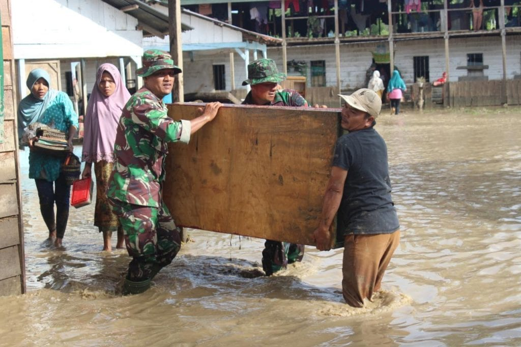 Puluhan anggota Kodim Evakuasi Korban Banjir di Aceh Tenggara