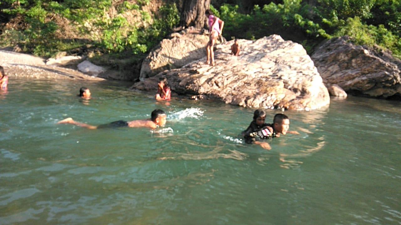 Tidak ada Kolam, Satgas Pamtas Yonif 741/GN Latih Anak Berenang di Sungai
