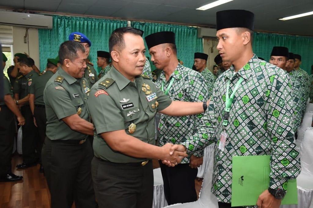 Kasad Berikan Penghargaan 80 Personel TNI AD Berangkat Umrah
