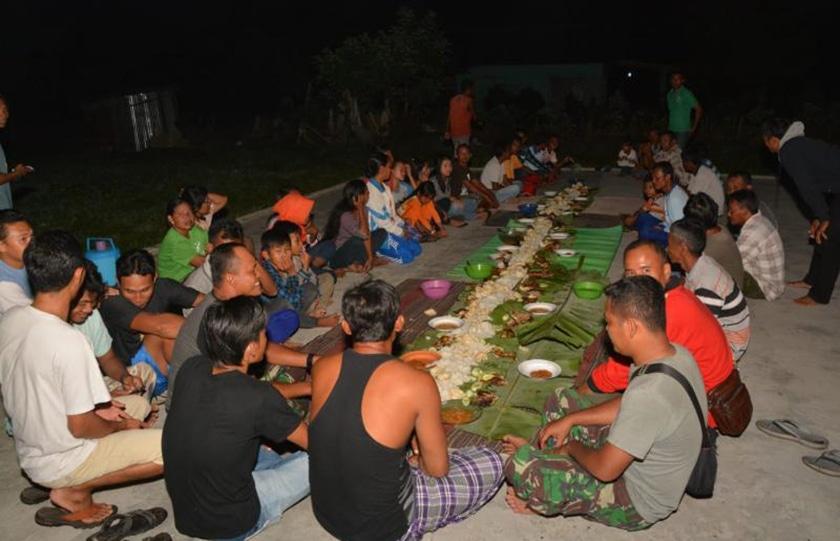 Makan Siang TMMD, Jalin Keakraban Prajurit dengan Masyarakat