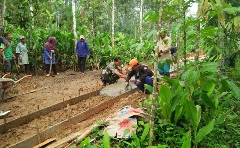 Peduli Pembangunan, Babinsa Gamping Bantu Warga Bangun Jalan