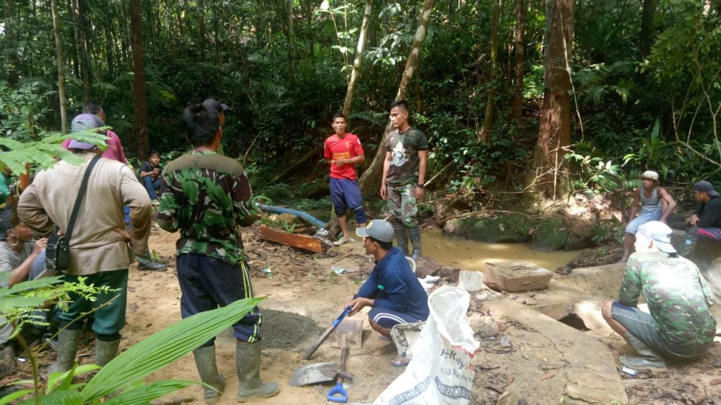 Satgas Yonmek 643 Atasi Kesulitan Air di Sanggau