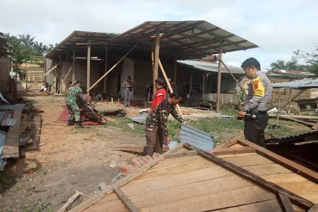 Babinsa Mekar Jaya, Bantu Perbaiki Rumah Korban Puting Beliung