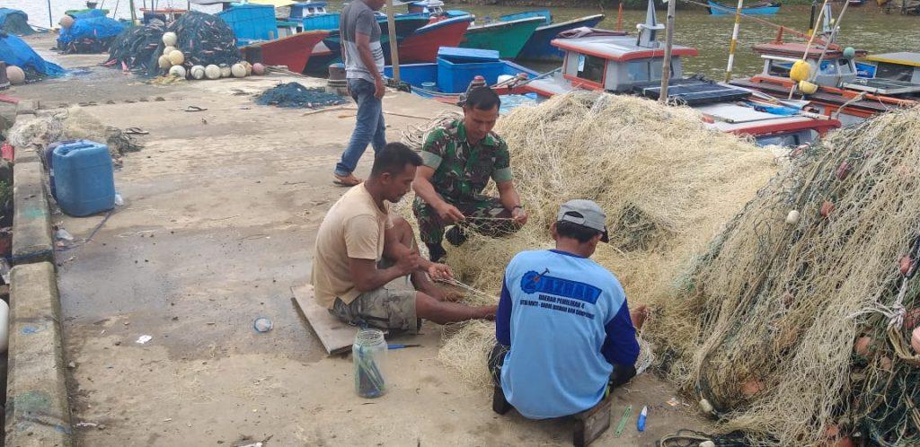 Peduli Nelayan, Babinsa Laguen Turut Perbaiki Jaring