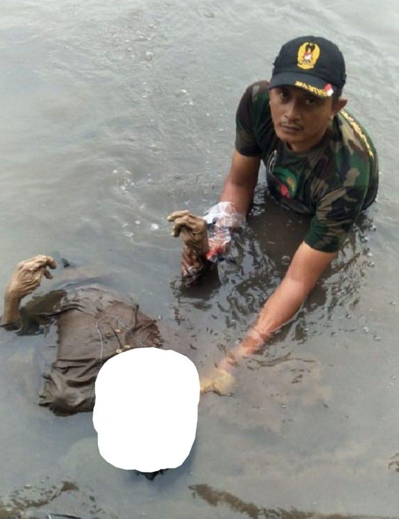 Babinsa Kodim Pasuruan Berhasil Evakuasi Mayat Berbaju Coklat